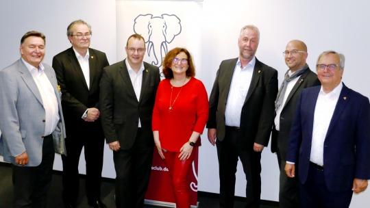 Vorstand des Elephants Club mit Rechnungsprüferin und einem der neugewählten Beiräte